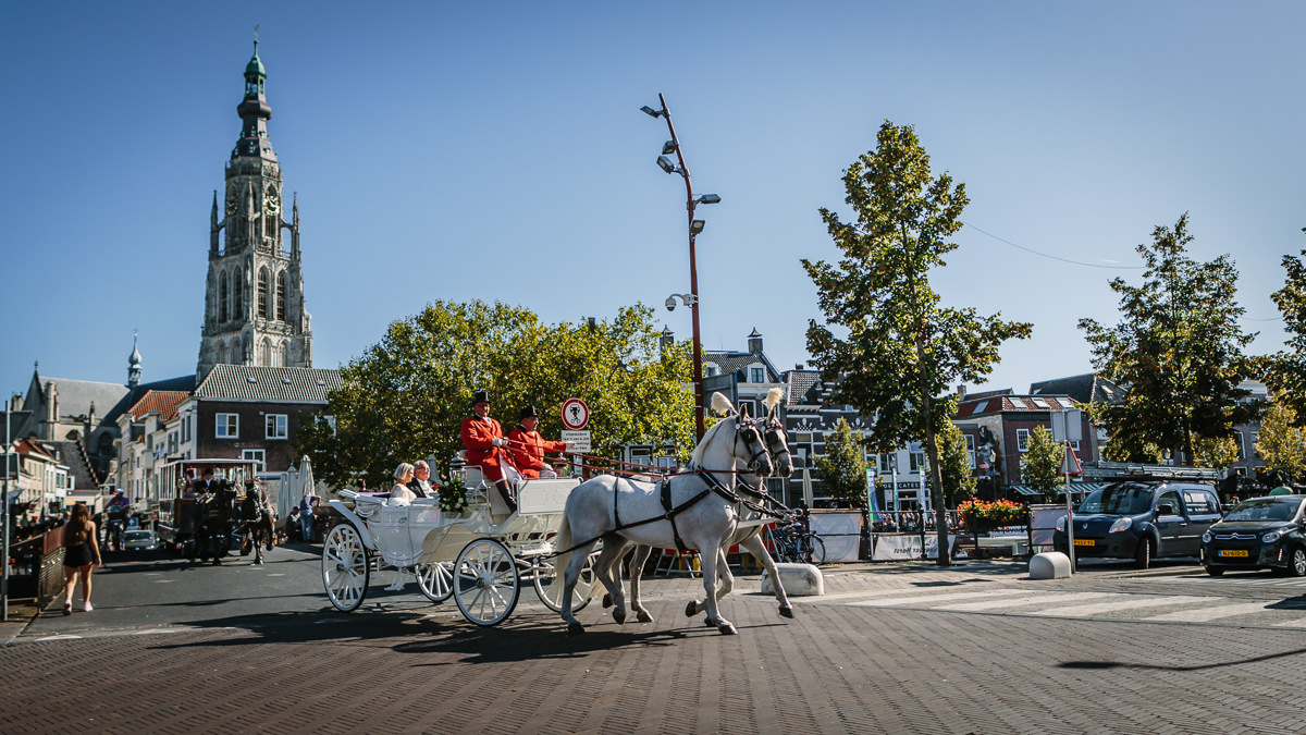 brideo groom ride horse drawn carriage through the city wedding photo journalistic documentary reportage photographer photo surrey breda